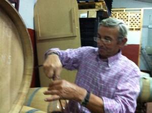 Abdon Segovia nous prépare la dégustation du millésime 2013 en cours d'élevage